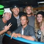 Passer une soirée avec des surfeurs